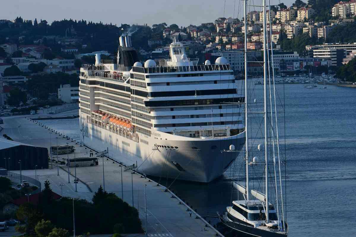 Szezonkezdet: megérkezett az első, hatalmas tengerjáró Dubrovnikba